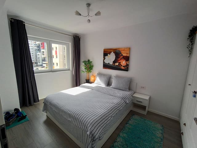 Queen sized bed 160x200cm --- Comfortable mattress --- Large wardrobe for 5 guests--- Outlets on each side --- Workout weights and accessories --- Extra pillows and blankets