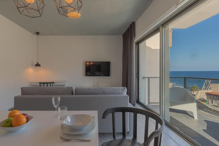 Exceptional boutique apartment with sea views A3