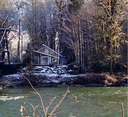 River front Cabin near Steven's Pass