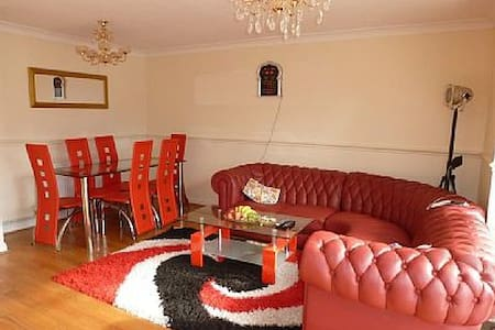 Lovely House 3 bedroom close to windsor/London - Huis