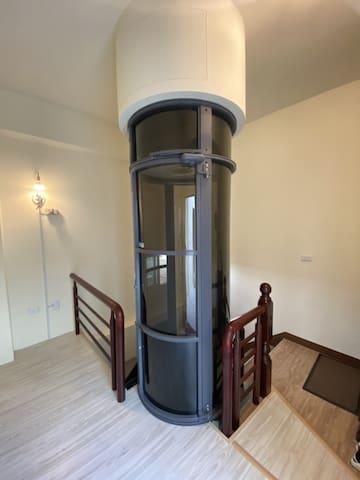 電梯星光獨立套房,可住1-4人,有陽台,共用區域:客廳,飯廳,廚房,星光區,歡迎包層。