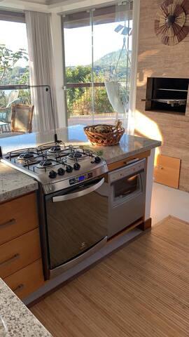 Fogão, máquina lavar louças e churrasqueira interna