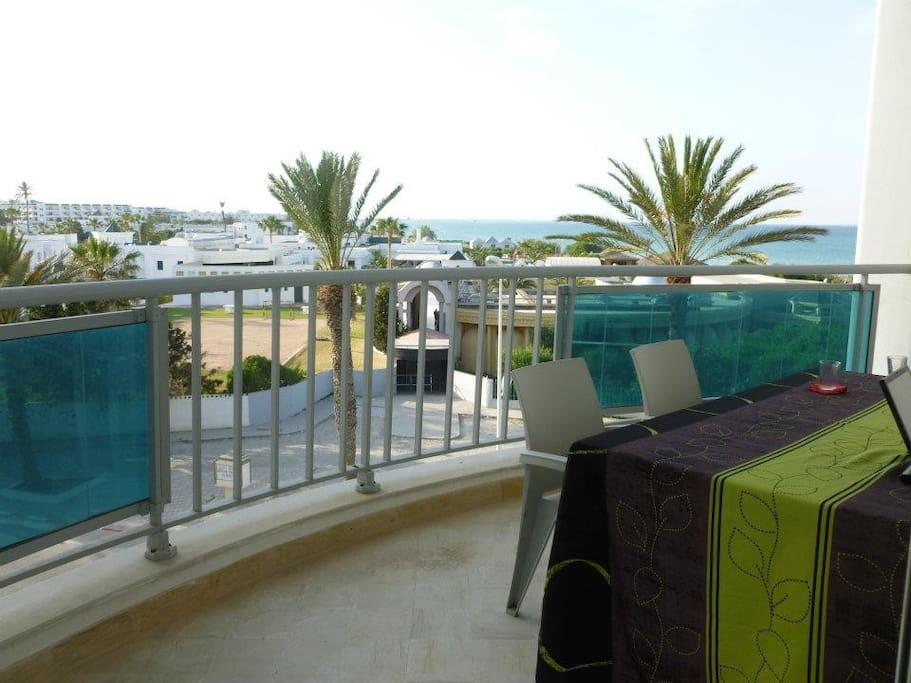 terrasse table pour 6 personnes et deux chaises longues