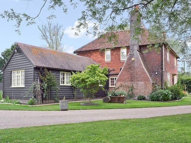 A luxury farmhouse which featured as Ma and Pop Larkin's home in the 'Darling Buds of May' - Bethersden - Casa