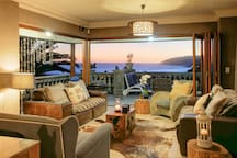 Lounge with seaviews uninterrupted! Luxury! Dstv. Free cleaning lady mo-fri. Free wi-fi