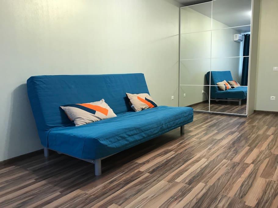 Раскладной диван-кровать , не сложен в эксплуатации , удобен и комфортен для сна .возможно добавить спальное место если гостей будет более 3 х