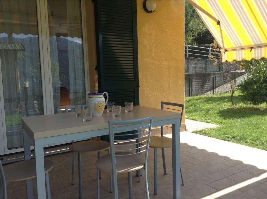 Portico con tavolo per pranzo e cena all'aperto