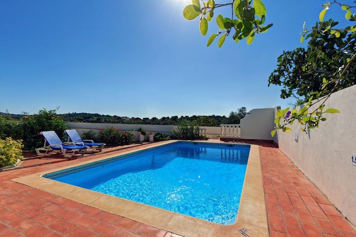 Lovely hilltop villa nr. Boliquieme. Private pool.