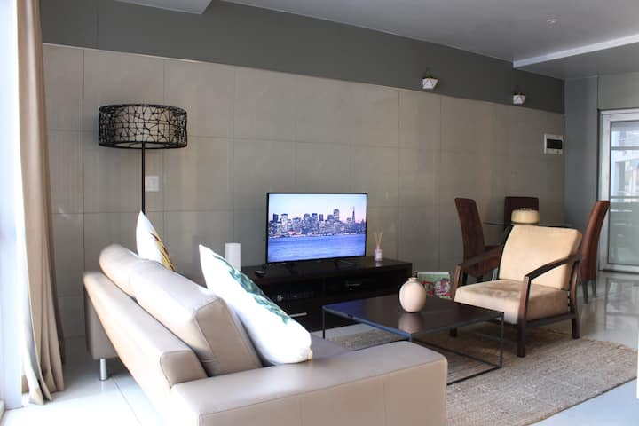 Modern Central apartment in Sandton with WiFi
