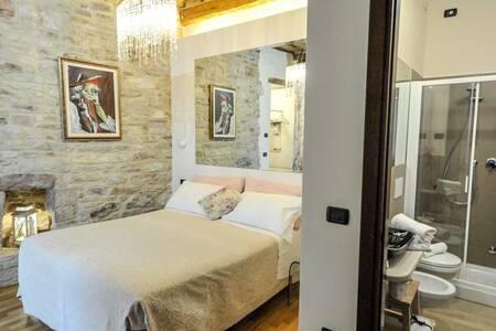 Camera matrimoniale con bagno.