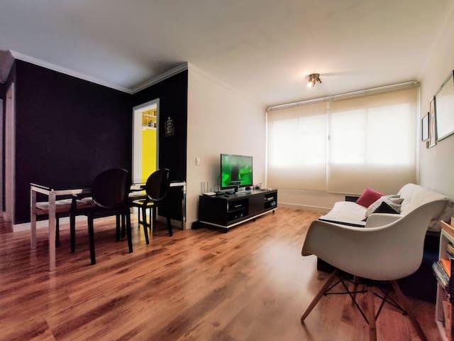 Sala ampla, iluminado e perfeito para homeoffice