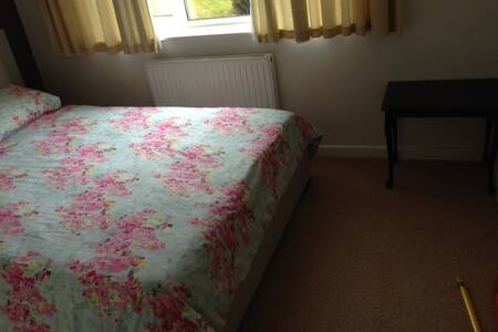 Double Room with King-sized Bed in Family House - Torquay - Hus