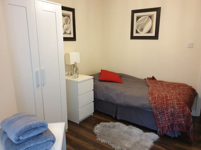 Private delightful single bedroom in Dundrum area