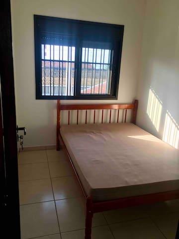 Quarto secundário com cama de casal e persiana integrada