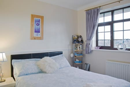 Double room with wardrobe and lovely views, Dudley - Dudley