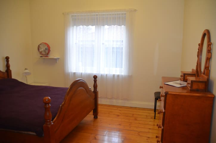 3. Huge delightful clean Queen room - Oakleigh - Huis