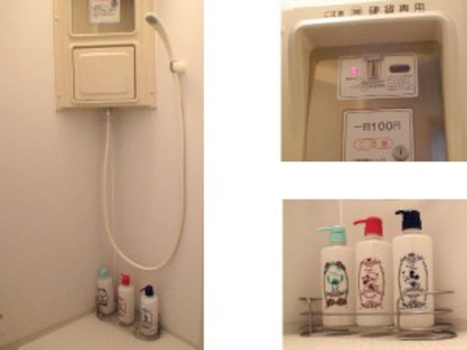 5分・100円で利用する、コインシャワーです。  Coin shower detail. Comes with Shampoo, conditioner, and body soap.