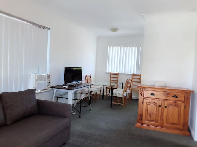 1 Bedroom Apartment 100 Meters from UWA Campus