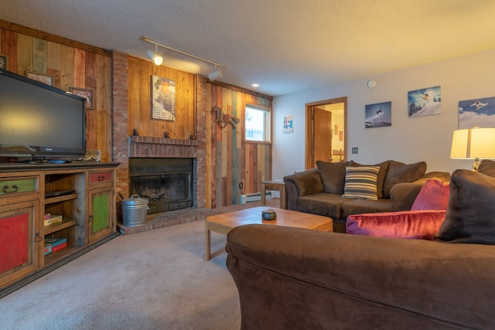 Affordable Spacious condo.Near Ski, Sleeps6