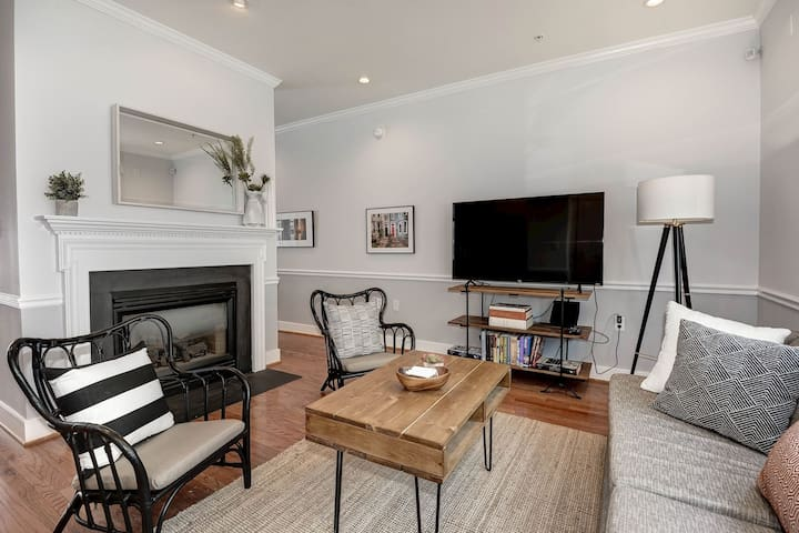 Lovely Capitol Hill Rowhouse w/Pking - Near Metro!