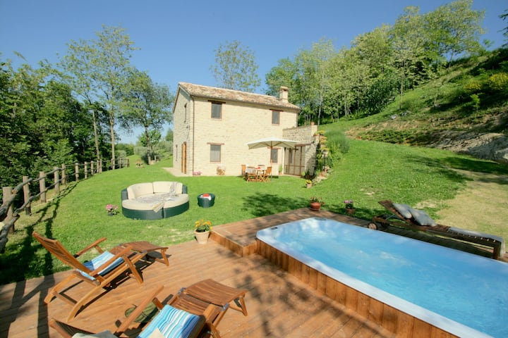 Charming Villa in Monte San Martino with Swimming Pool