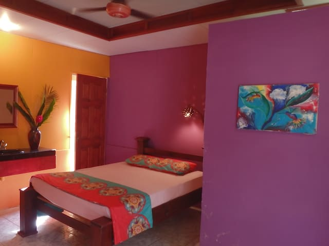 Private room and kitchenette close to the beach - Uvita