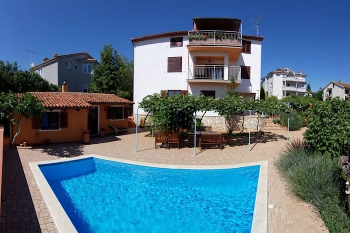 Seaview Spacious Comfortable Apt with use of Private Pool, AC, WIFI, BBQ, Fenced