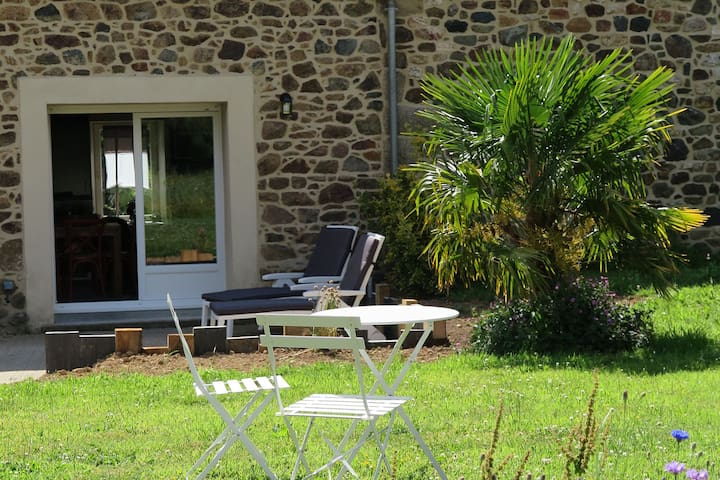 Pretty Cottage in La Chapelle-Neuve Brittany with Jacuzzi