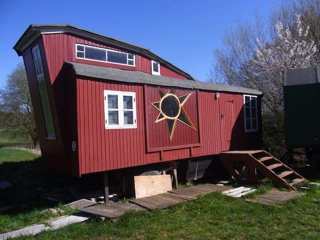 8m-Sonnenbauwagen ländlich am Fluß
