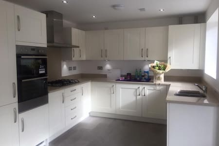 Modern spacious double room in homely home - Bristol