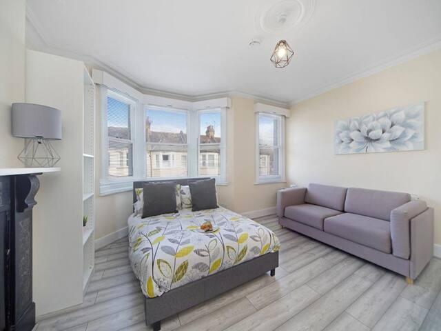 Truda Modern Cozy Two-Bedroom Apartment