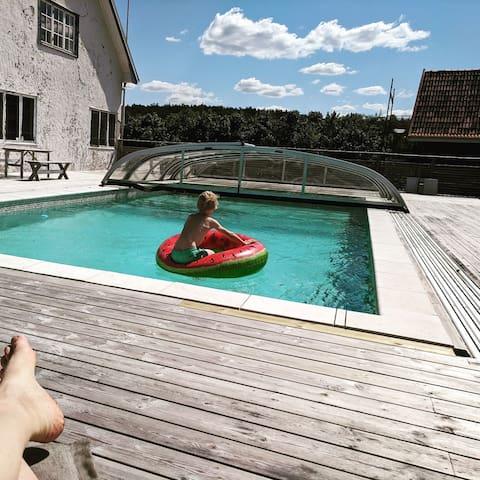 Bo på semestergård med pool och havsutsikt!