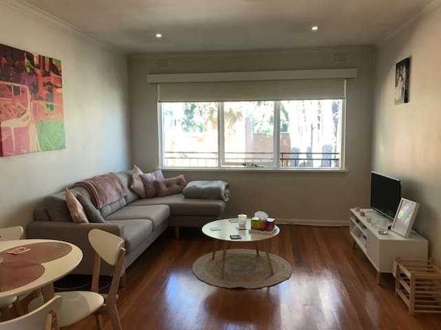 Bayside living in cosy apartment beautiful Elwood