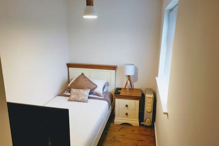 Beautiful Single Bedroom, private W. C