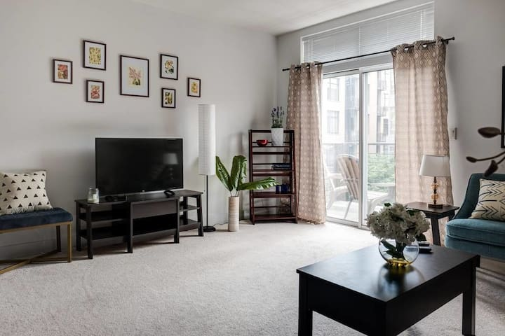 Bright Apt w/ Parking + Patio | Foodie Paradise