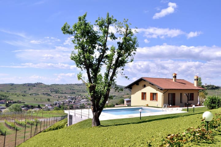 Ferme spacieuse avec piscine à Santa Maria della Versa