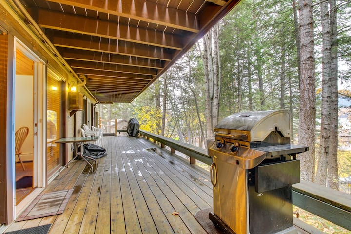 Lakeview condo w/ deck, shared pool/hot tub & close beach access - near skiing!