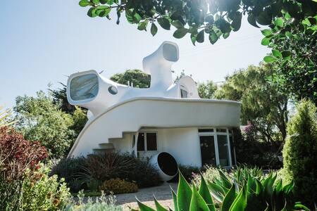 Sculptured House Retreat - Private Beach Access
