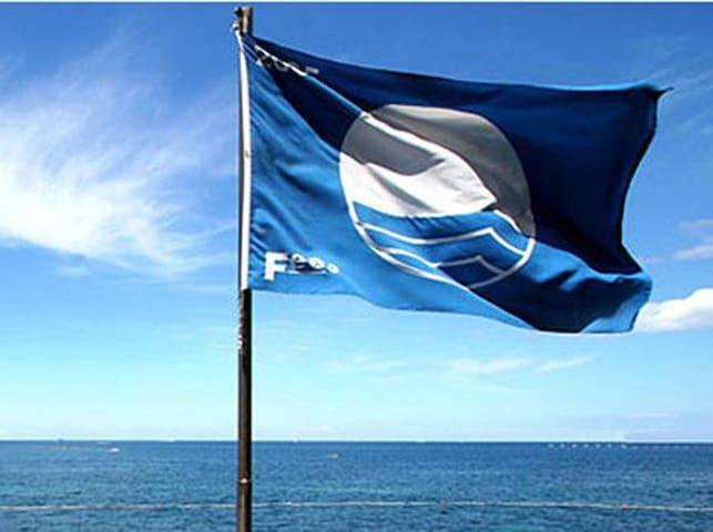Bandiera  blu riconoscimento per la limpidezza dell'acqua