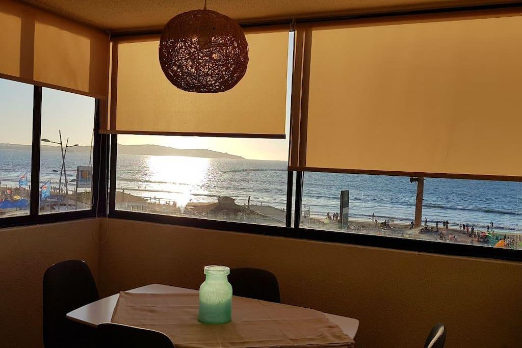Comedor cuatro sillas vista al mar.