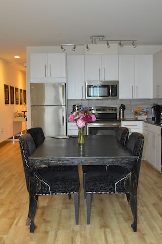POSH CONDO nxt to PIKE PLACE | TOP FLOOR city view