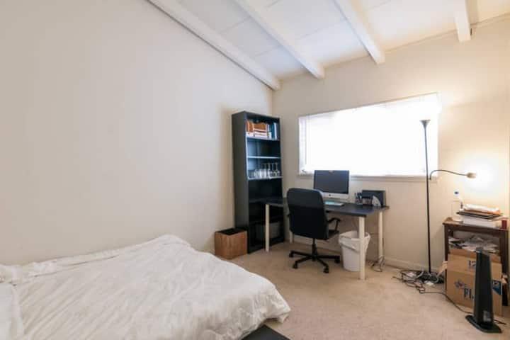 Clean quiet room 5mins to Stanford