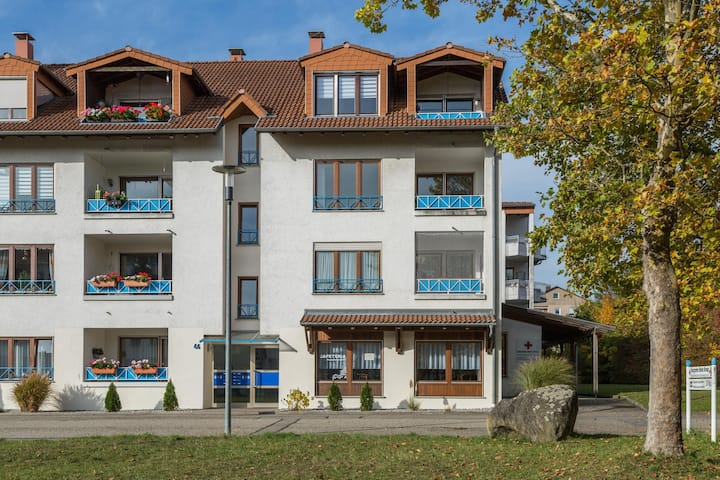 """Charming Apartment """"Ferienwohnung Schlegel"""" in Quiet Area with Wi-Fi & Balcony; Parking Available, Pets Allowed"""
