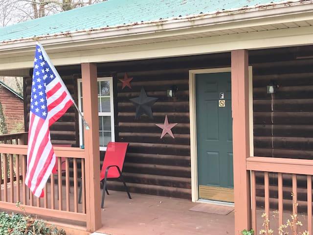 The Americana Hot Tub Cabin @ LakePointe Resort