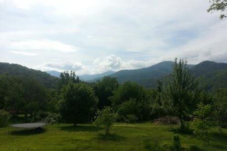 Peaceful place, mountain views - Weaverville