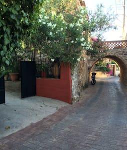Studio 2km από την παραλία σε κήπο. - Rumah