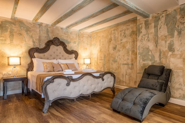 Plaza Marchi Old Town - Grand Luxury King Suite