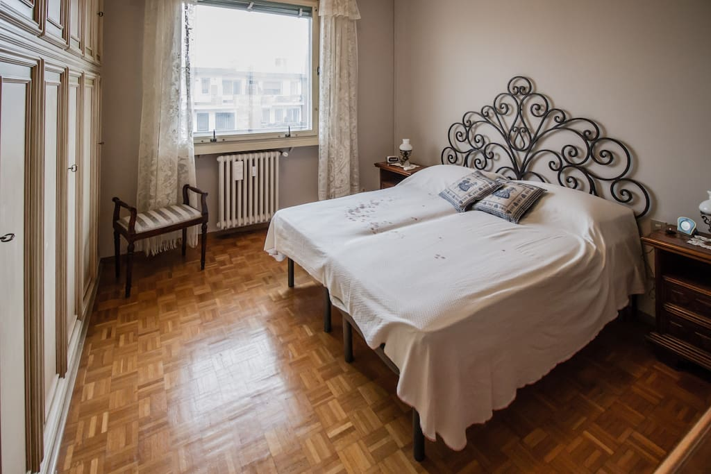 Spacious and bright double bedroom with 2 single beds though