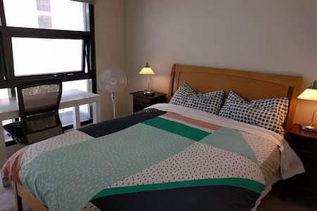Light airy room, private ensuite, stroll to CBD - Pyrmont - Apartment