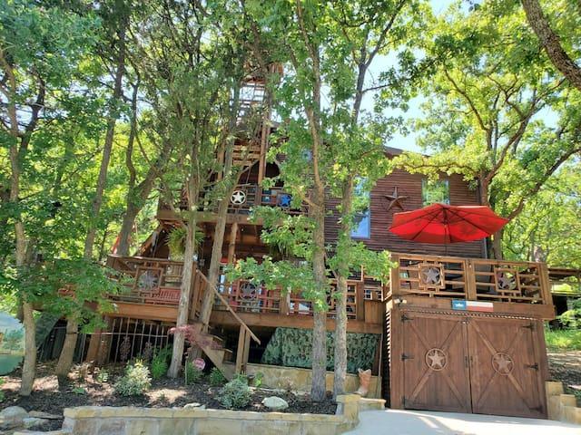 Enchanting Lake Texoma Cabin Paradise with Jacuzzi